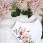 Biała maseczka w kwiaty