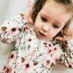 Pajac niemowlęcy w kwiaty i szyszki