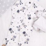 Pajac niemowlęcy ze stópkami, rozpinany w pieski